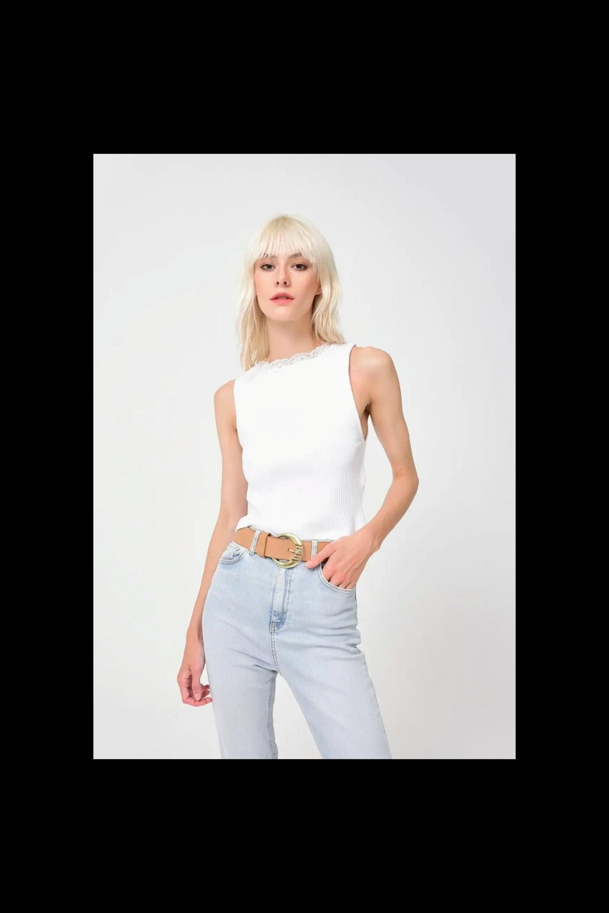 Beyaz triko dantel detaylı bluz